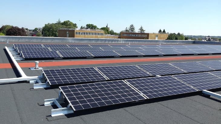 Panneaux solaires sur toiture plate